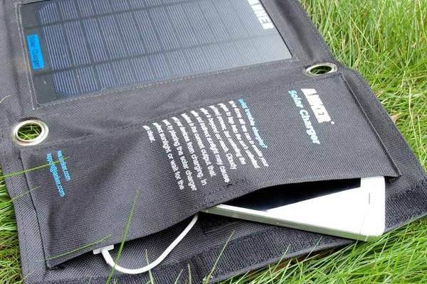 スマホやガジェットを太陽光で充電!Ankerソーラーチャージャーが便利!