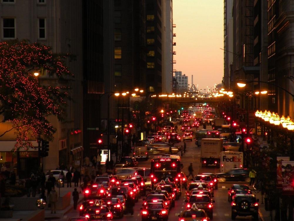 赤信号や渋滞の停車中にスマホ操作するのってアリなの?