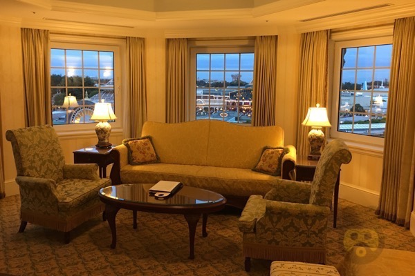 tokyo-disneyland-hotel-concierge-turret-room-20