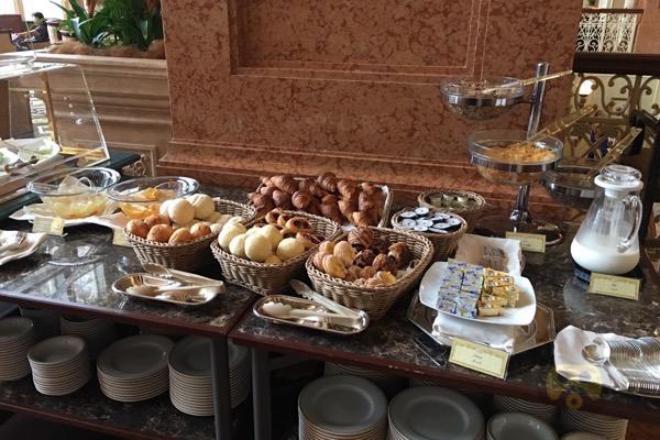 tokyo-disneyland-hotel-concierge-turret-room-22