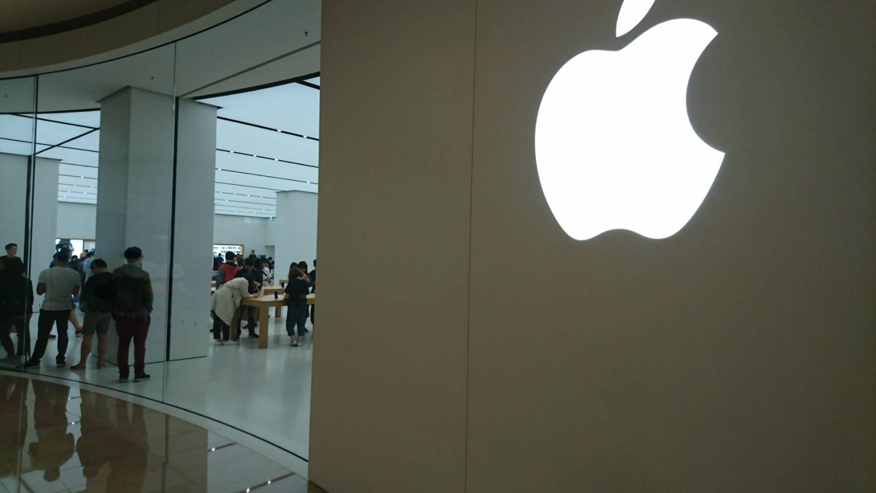 友人から台湾のApple(台北101店)の写真が突然送られてきた。店内の広さにびっくり。